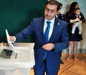 Balsuoja Nepaprastasis ir įgaliotasis Azerbaidžano ambasadorius Lietuvoje Hasanas Mammadzda | Alkas.lt, nuotr.