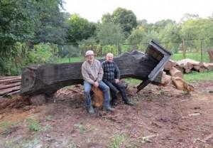 Skulptoriai Zenonas Tomkus ir Egidijus Žilinskas prie restauruojamos medinės skulptūros | Neringos muzieJŲ nuotr.