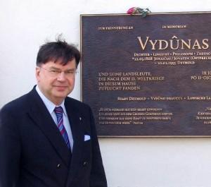Miroslavas Danys prie Vydūno atminimo lentos | T. Staniko-nuotr.