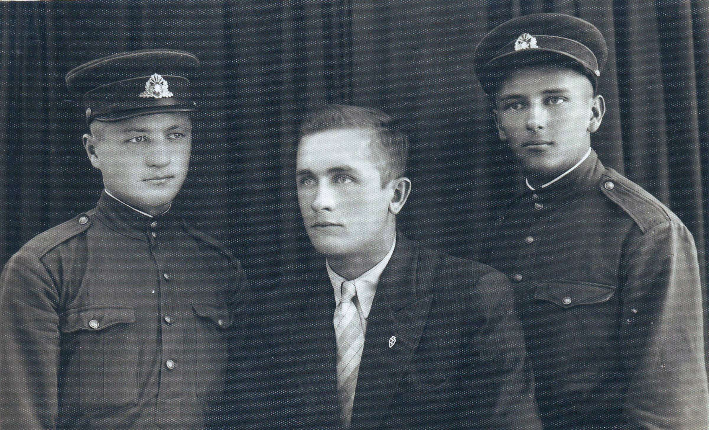 Pirmas iš dešinės Kazys Butautis. 1938 m., Marijampolė | D. Brazdžiūnienės asmeninio albumo nuotr.