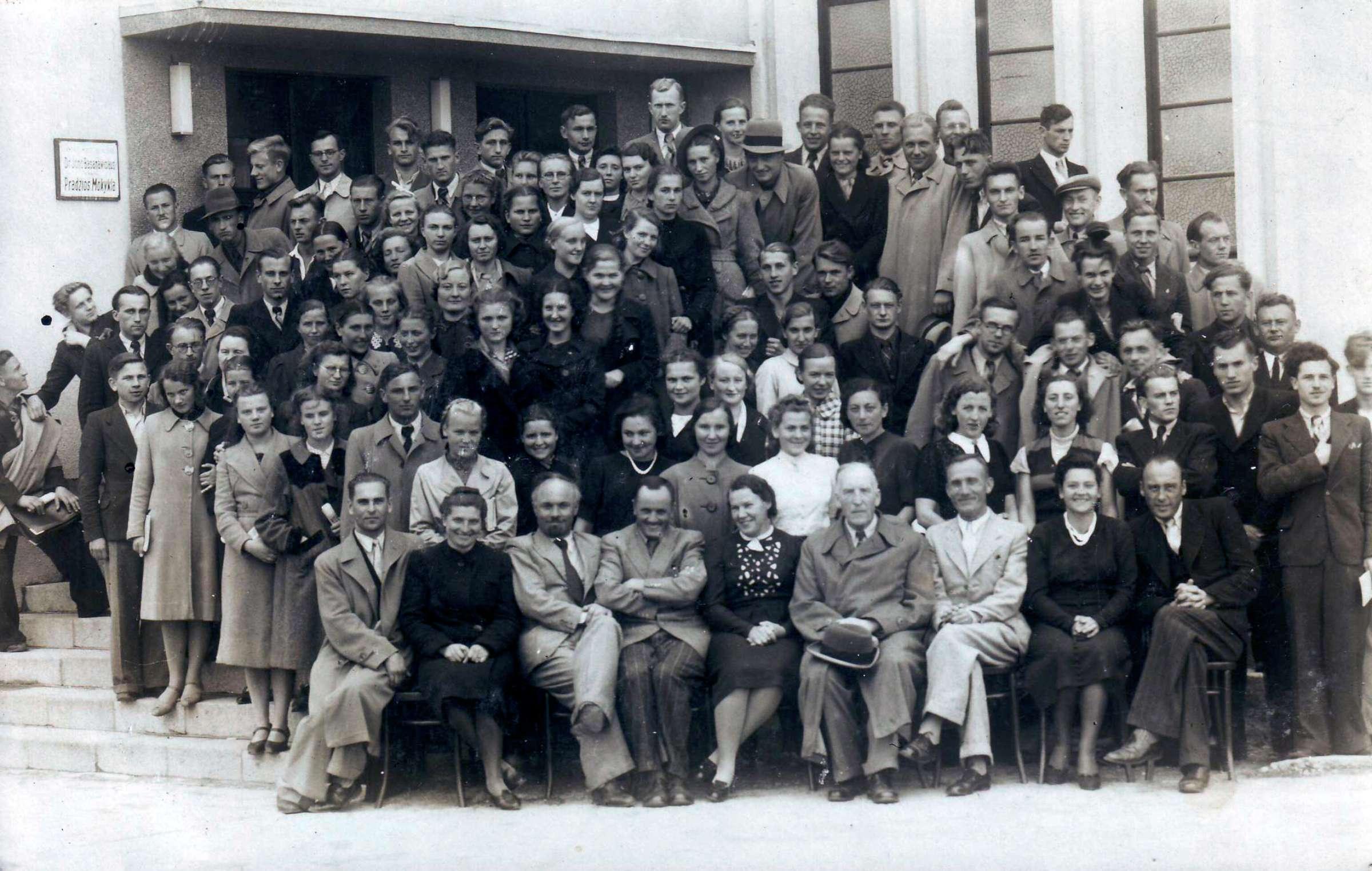 Pradžios mokyklų mokytojų kursai (1940-04-25 – 1940-09-25). Prie Ukmergės dr. Jono Basanavičiaus pradžios mokyklos pastato. K. Butautis antroje eilėje trečias iš kairės  | D. Brazdžiūnienės asmeninio albumo nuotr.