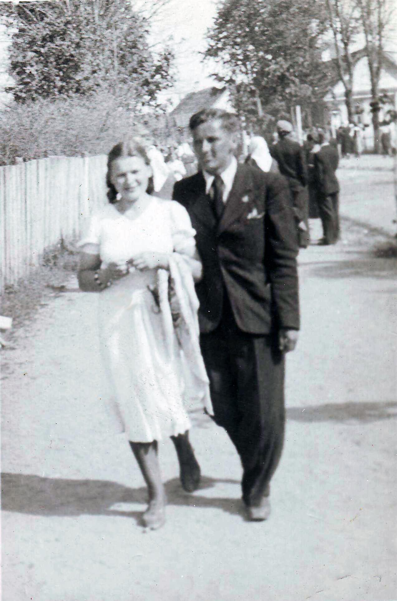 K. Butautis ir O. Gimžauskaitė Šv. Antano atlaiduose, 1940-06-13, Kaltanėnai | D. Brazdžiūnienės asmeninio albumo nuotr.