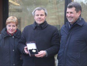 Kultūros ministerijos atstovai įteikia apdovanojimą Gintarui Karosui Europos parko edukacijos centre | asmeninė nuotr.