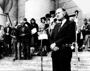 J. Juzeliūnas kalba Sąjūdžio mitinge prie Nacionalinės Martyno Mažvydo bibliotekos, 1991 03 11 | Lietuvos kompozitorių sąjungos nuotr.