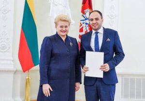 prezidente_dalia_grybauskaite_ir-lukas_macijauskas_su_apdovanojimu_lrp-lt_nuotr