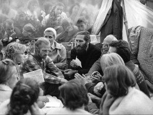 Bado akcija Gedimino (dabar-Katedros) aikštėje, skirta politiniams kaliniams. Centre: disidentai Algimantas Andreika, Jadvyga Bieliauskienė ir Petras Cidzikas. Vilnius, 1988 m. rugpjūčio 17-26 d. | V. Usinavičiaus nuotr.
