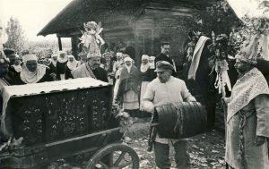 """Jaunųjų išlydėtuvės. Kraičio krovimas vežiman. (""""Senovinės kupiškėnų vestuvės"""" – etnografinio liaudies teatro spektaklis)   Kupiškio etnografinio muziejaus nuotr."""