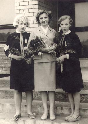 Mokytoja Emilija Stanikaitė su savo mokinėmis 1966 metais | asmeninė nuotr.