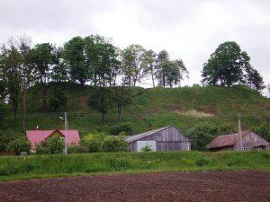 Veliuonos piliakalnis - Gedimino kapo kalnas | Wikipedia.org nuotr.