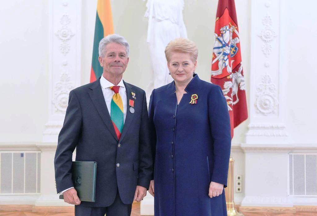 Sausio 13-osios brolijos vadovas Gasparas Genzbigelis ir Lietuvos Respublikos Prezidentė Dalia Grybauskaitė | asmeninė nuotr.