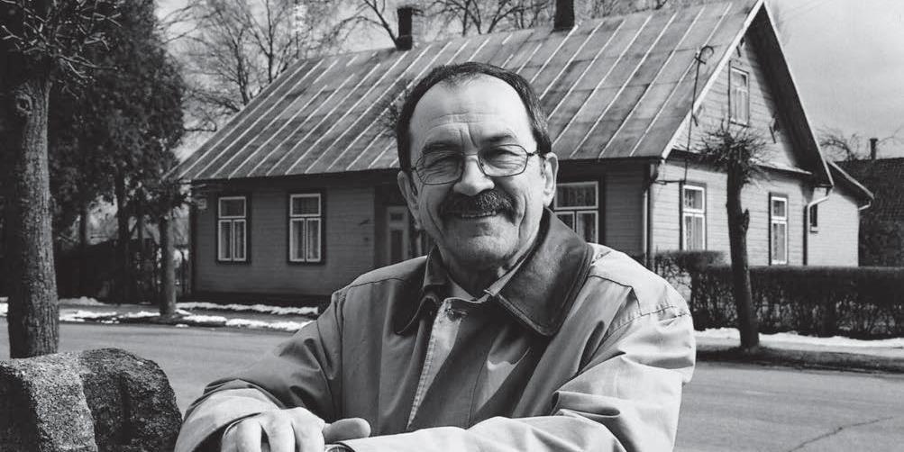 Romualdas Ozolas prie gimtojo namo Joniškėlyje | V. Dulkės nuotr.