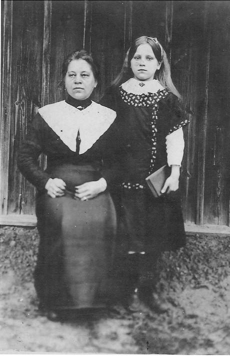 Janinos Čibirienės močiutė Adelė Kunigėnienė ir mama Monika Kunigėnaitė. Apie 1917 m.