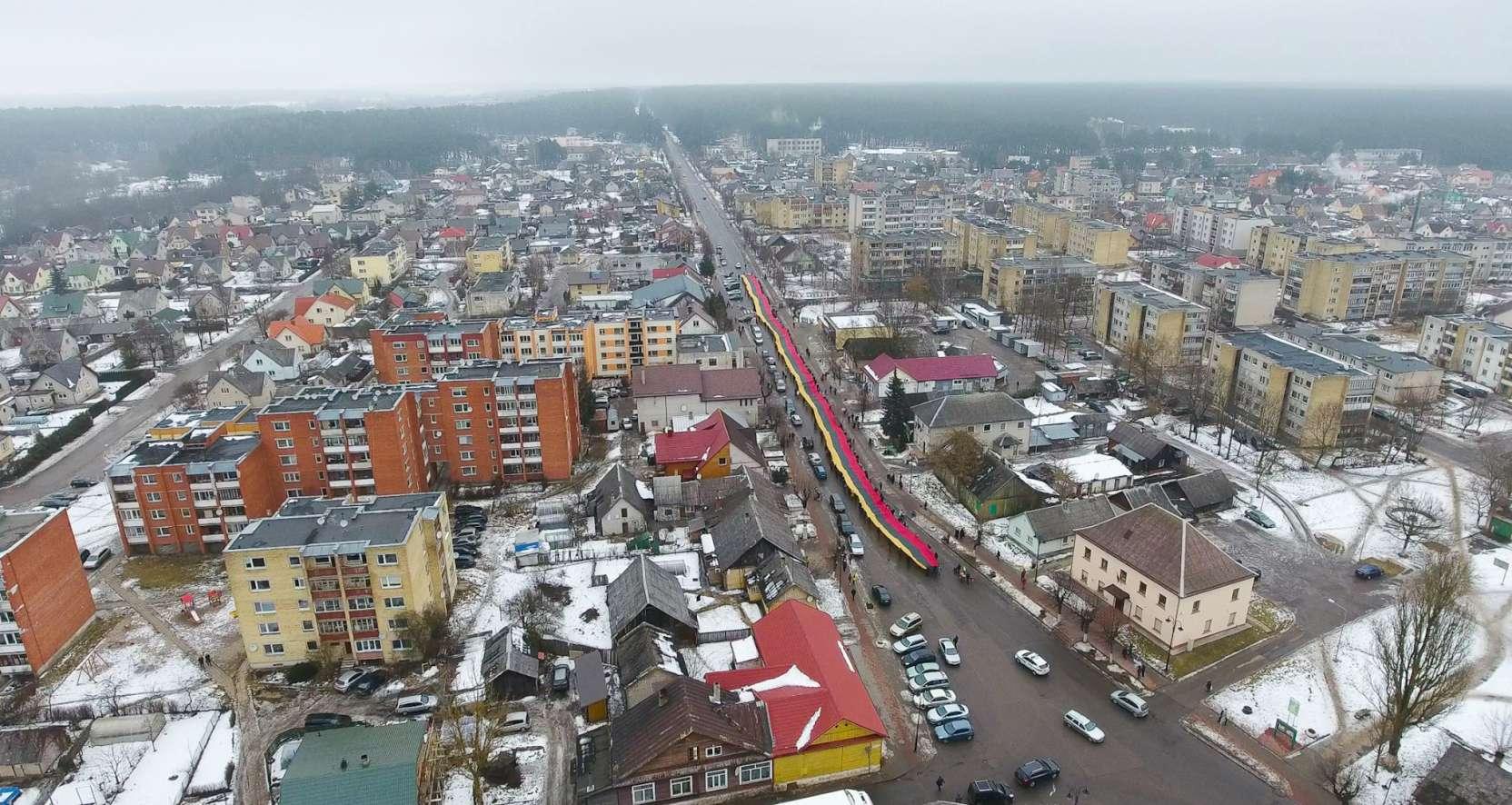 Vasario 16-ąją Nemenčinėje papuošė 250 metrų trispalvė | Rengėjų nuotr.