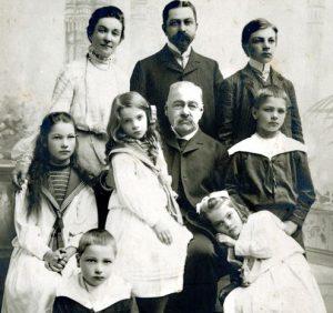 Aleksandras Tiškevičiaus šeima. Iš kairės į dešinę stovi žmona Marija (1866–1939), Aleksandras Tiškevičius, sūnūs Stanislovas (1888–1965) ir priekyje Kazimieras (1896–1941); sėdi dukros Aleksandra (1893–1983), Ona Marija (1897–?), Izabelė (~1900–?), uošvis Stanislovas Puslovskis (1820–?), ant grindų – sūnus Jurgis (1899–1939). P. Mongirdaitės nuotr., Palanga, apie 1905 m.