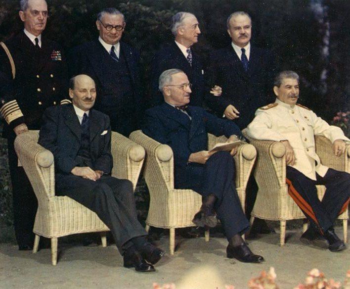 Potsdamo konferencijos dalyviai ir jų pagrindiniai patarėjai. Sėdi (iš kairės į dešinę): Klementas Etlas, Haris Trumenas, Stalinas. Stovi: admirolas Viljamas Lihis, Ernestas Bevinas, Džeimsas Byrnsas, Viačeslavas Molotovas   wikipedia.org nuotr.