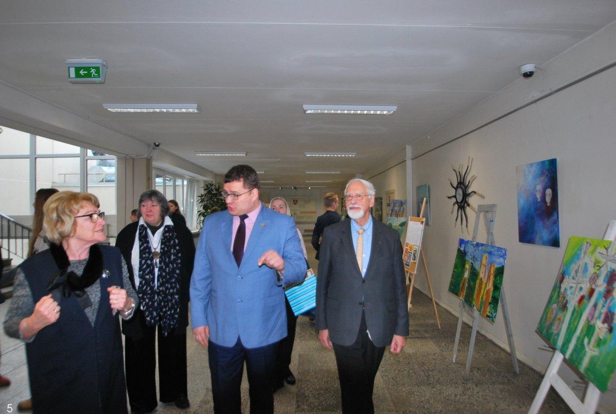 Gimnazijos direktorė Nijolė Šimienė su savo svečiais apžiūri mokyklos erdvėse eksponuojamus mokinių darbus. Straipsnio autorės nuotraukos. Prašome pasirinkti tinkamas | E. Paškauskienės nuotr.