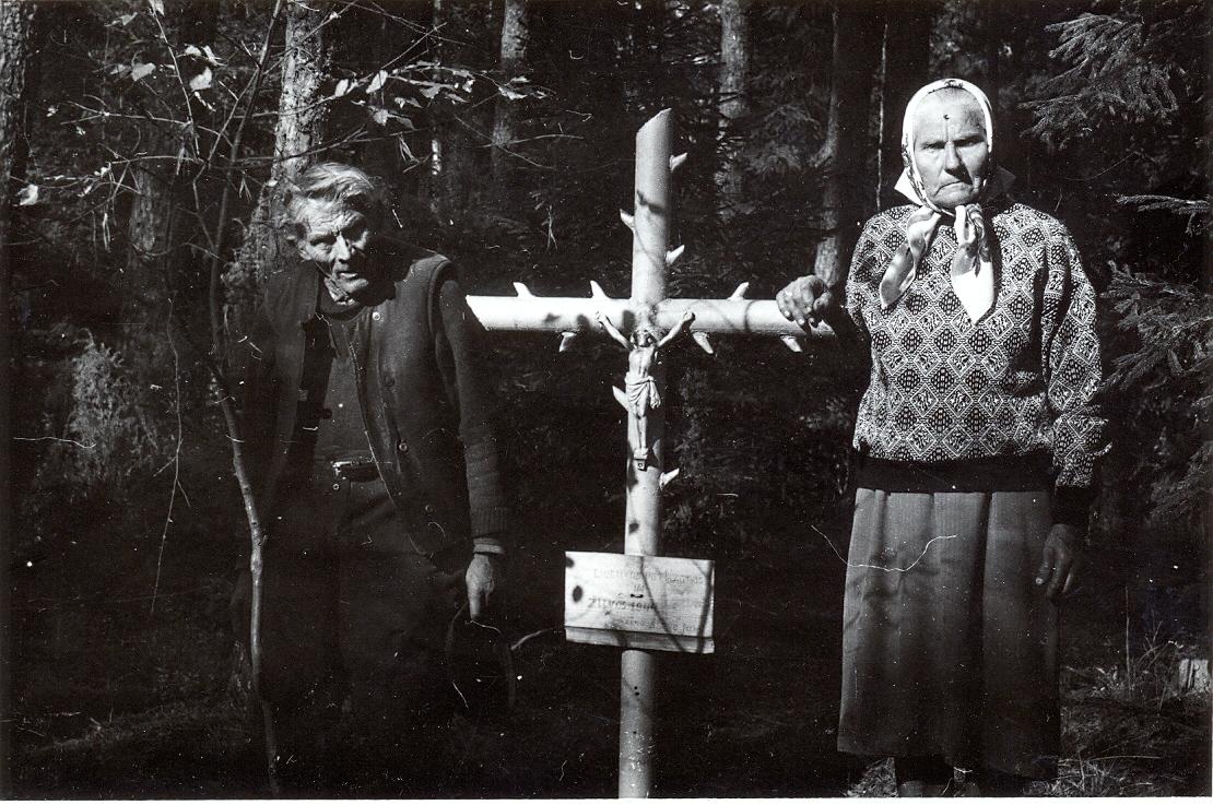 Kasčiukiečiai Juozas Grigonis, pastatęs kryžių ir Ona Jakubėnienė (Laurukėnaitė) prie Ryto (Vilko) kapo | V. Striužo nuotr.