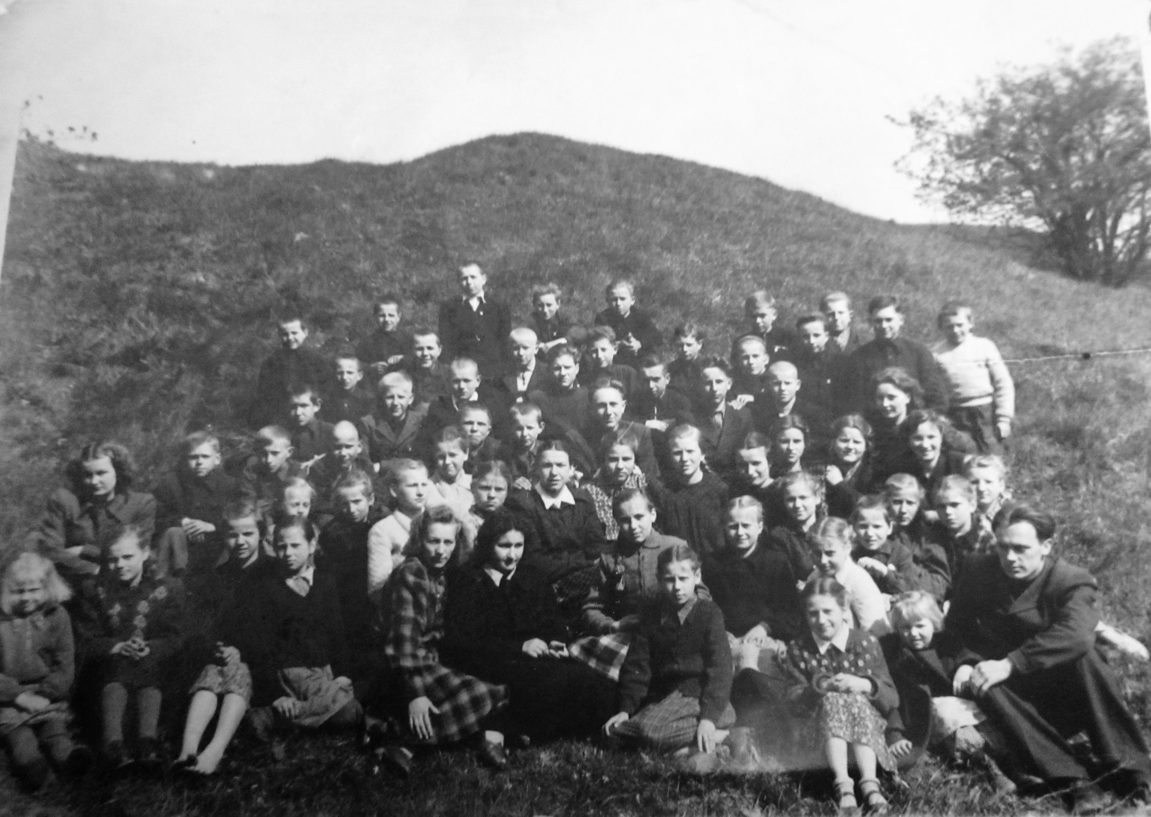Kaupiskiu septynmetės mokyklos mokiniai ir mokytojai. Jonas Razinskas. 1955