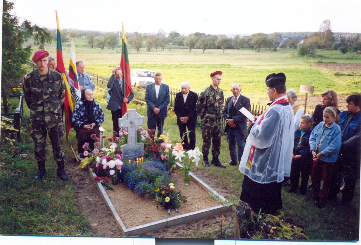 1998 m. rugsėjo 19 d. Naujojo Strūnaičio kapinės, prie partizano Vaclovo Leišio kapo | V. Striužo nuotr.