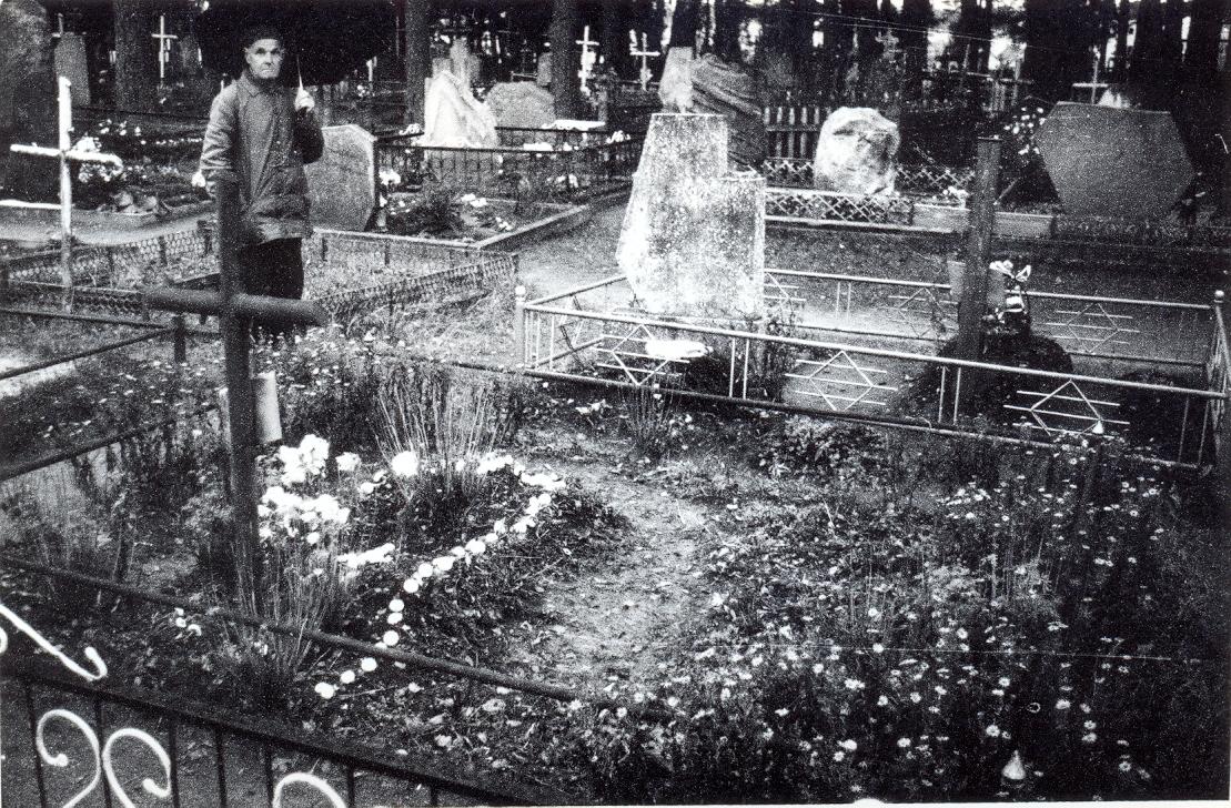 Partizanų būrio vado Kazio Miškinio-Vanago kapas, Švenčionėlių kapinės. Šalia stovi partizanas Kazys Činčikas-Lubinas | V. Striužo nuotr.