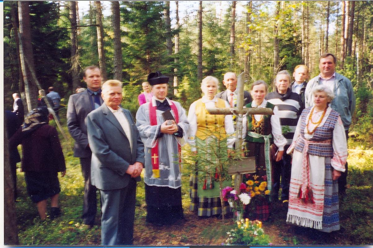 1998 m. rugsėjo 19 d. Kasčiukų miškas. Pagerbiamas nežinomas partizanų būrio vadas slapyvardžiu Rytas (Vilkas ?). Priekyje kairėje partizanas Povilas Gudonis-Kiškis | V. Striužo nuotr.