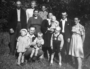 Razinsku seima. Pirmoje eileje viduryje berniukas – Jonas Razinskas.Apie 1948-50m