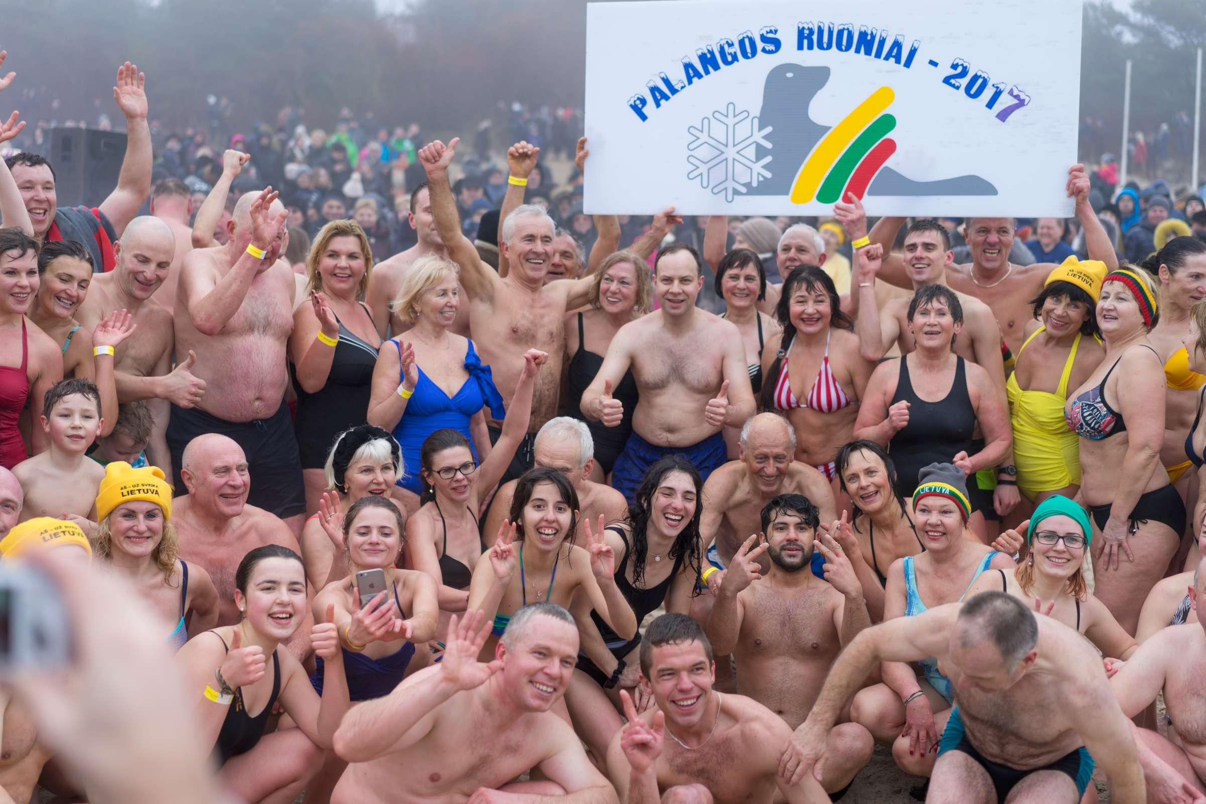 Į Baltijos bangas paniro šimtai žmonių ir sveikatos ministras | Rengėjų nuotr.