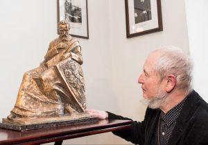 Skulptorius_Algirdas_Bosas su J.Basanaviciaus skulptura_MG Baltic nuotr.
