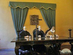 Kryžius ir inkvizitoriai   Peru Inkvizicijos muziejaus nuotr.