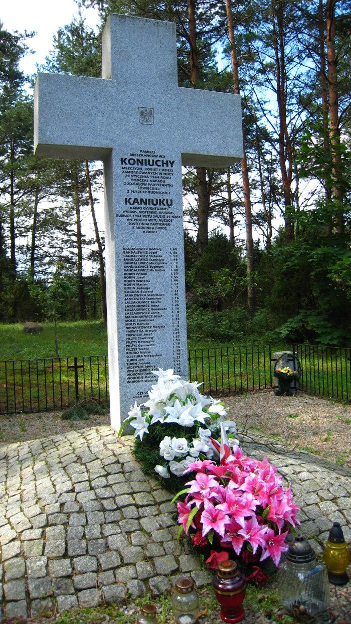 Antkapyje iškirstos aukų pavardės – Stanisław Pilżys, Ignacy Wojsznis, Marian Woronis, Stanisława Molis, Józef Bobinas ir kiti.   Šalčininkų r. savivaldybės nuotr.