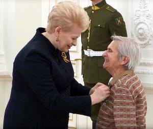 Lietuvos Respublikos Prezidentė įteikia apdovanojimą Faniai Jocheles–Brancovskajai   youtube.com stop kadras