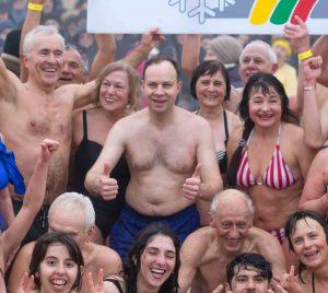 Į Baltijos bangas paniro šimtai žmonių ir sveikatos ministras   Rengėjų nuotr.