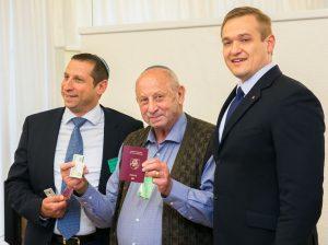 Lietuvos pilietybę atkūrusiems litvakams iš PAR Seime įteikti pasai | lrs.lt, O. Posaškovos nuotr.