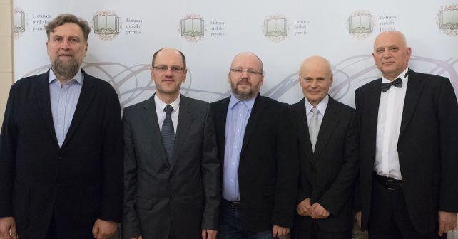 VU mokslininkai – Lietuvos mokslo premijų laureatai – su vicerektorimi. Iš kairės: vicerektorius prof. R. Jankauskas, prof. J. Žilinskas, dr. K. Genevičius, prof. G. Juška ir prof. K. Arlauskas | vu.lt,  V. Jadzgevičiaus nuotr.