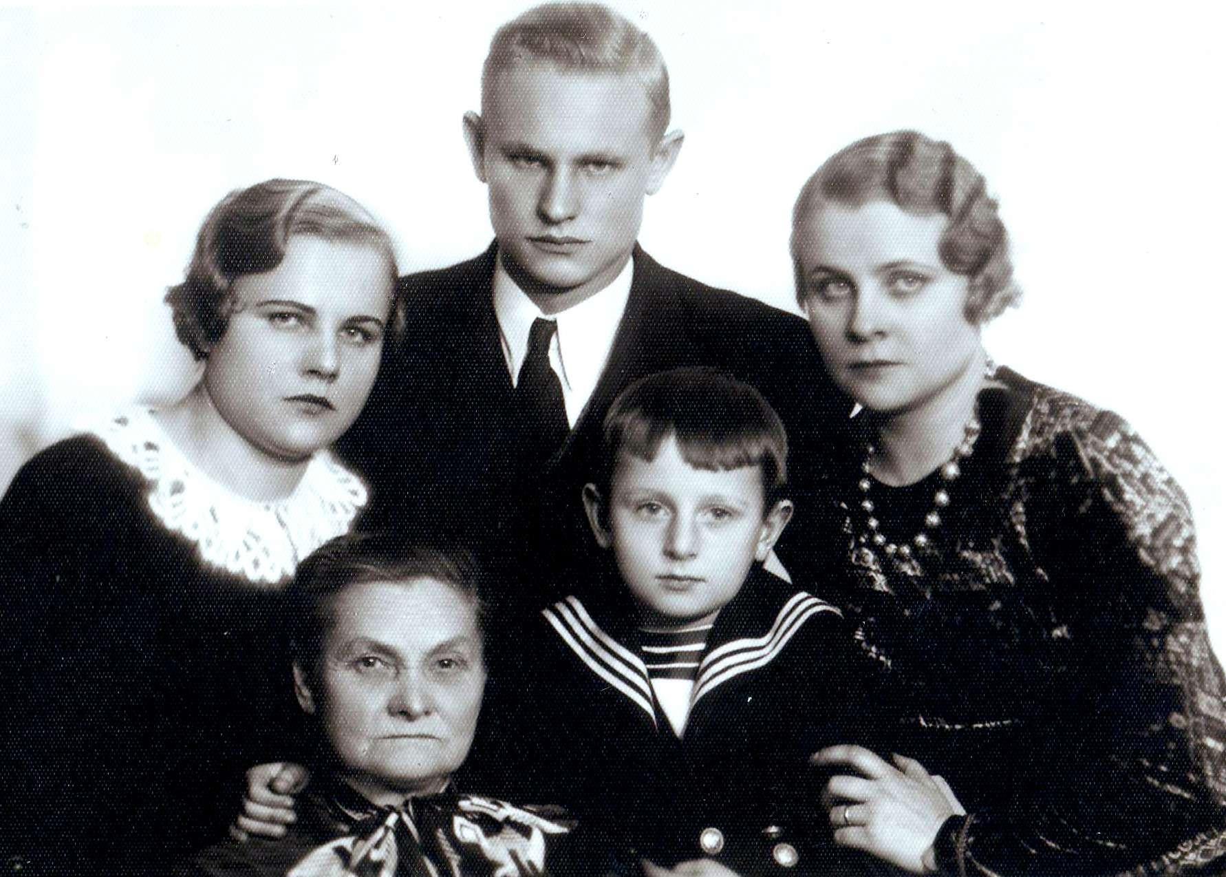 Centre Adolfas Rimgaudas, jam iš dešinės mama Nadiežda, iš kairės močiutė Tatjana, antrame plane mamos sesuo Ona ir brolis Mykolas, apie 1936 m. | V. Žygas asmeninė nuotr.