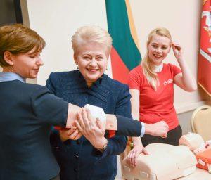 Prezidentė mokėsi teikti pirmąją pagalbą | lrp.lt, R. Dačkaus nuotr.