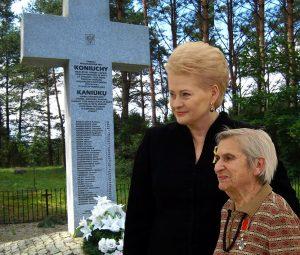Mažas proginis kryželis sovietinei partizanei Faniai Brancovskajai ir didelis paminklinis kryžius Kaniūkų žudynių aukoms | Alkas.lt koliažas.