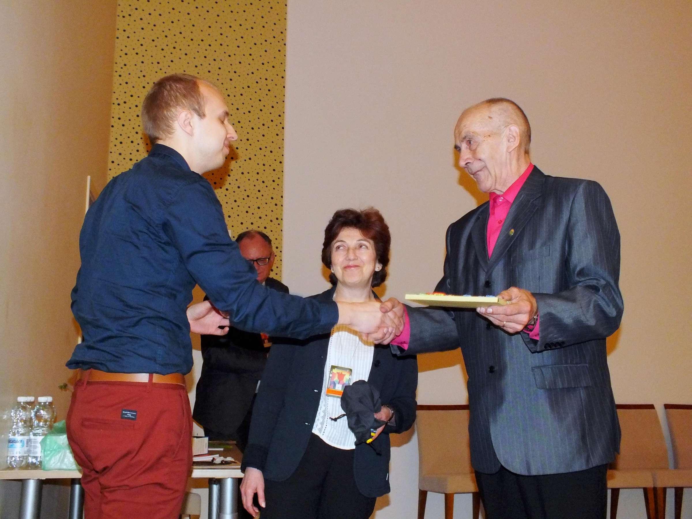 Estijos atstovai Ahti Jundas ir Inna Rubanovitš sveikina VPLD pirmininką Kęstutį Čapkauską | P. Šimkavičiaus nuotr.