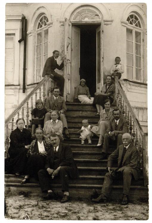 Jonas ir Ona Vileisiai(sedi priekyje) 1930_LMAVB
