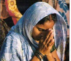 Benarese, Indijoje, meldžiasi moteris | Pasaulio religijos. Vilnius: Alma littera, 1998, p. 17.