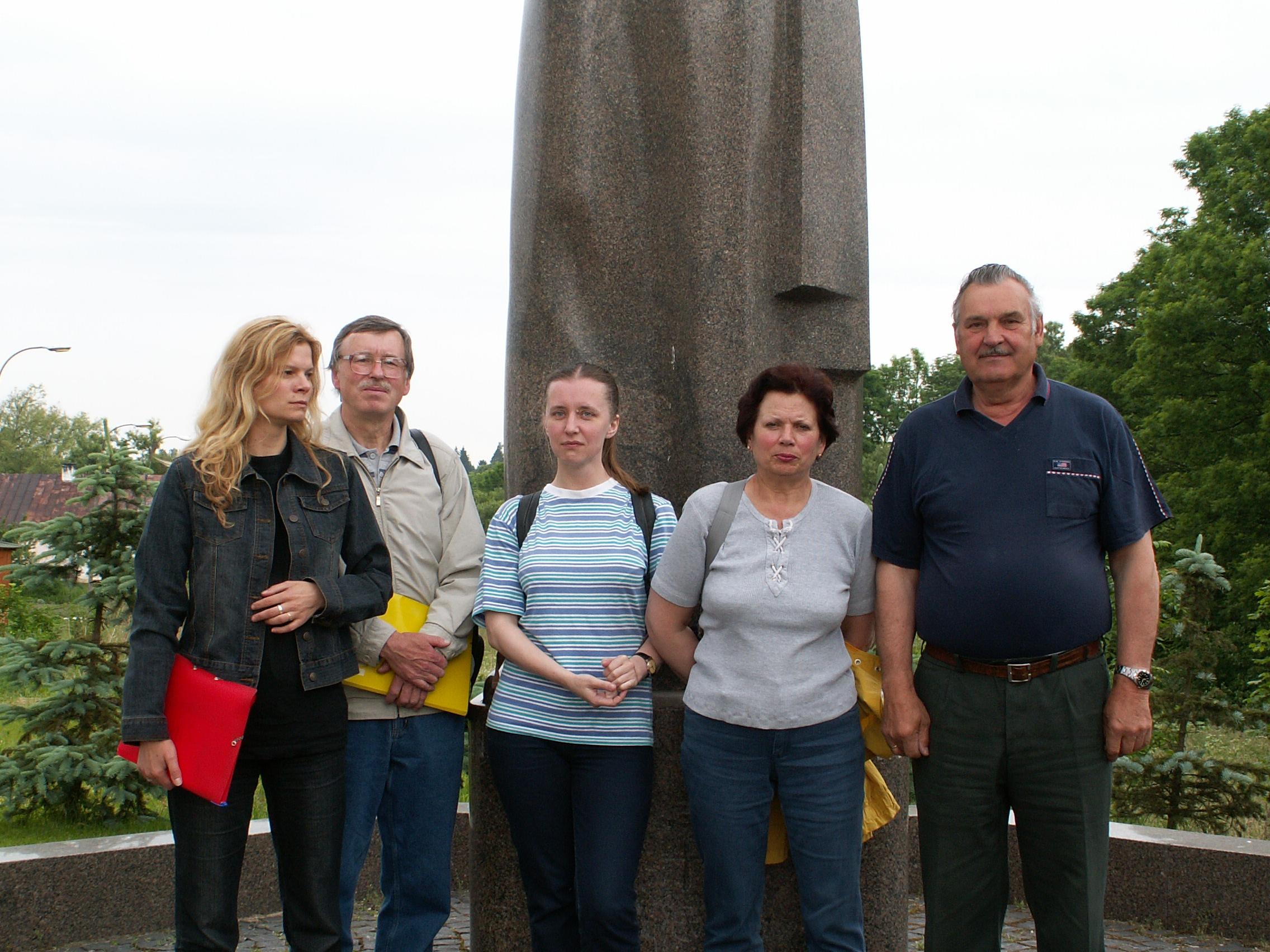 P. Kalnius su kolegomis (iš kairės: laborantė Asta Valinskaitė-Buinevičienė, dr. Petras Kalnius, doktorantė Danguolė Svidinskaitė, dailininkė Rita Butvilienė, vairuotojas Stanislovas Kvakšys) ekspedicijoje Seinuose (prie paminklo A. Baranauskui ). 2005 m. | Ž. Šaknio nuotrauka