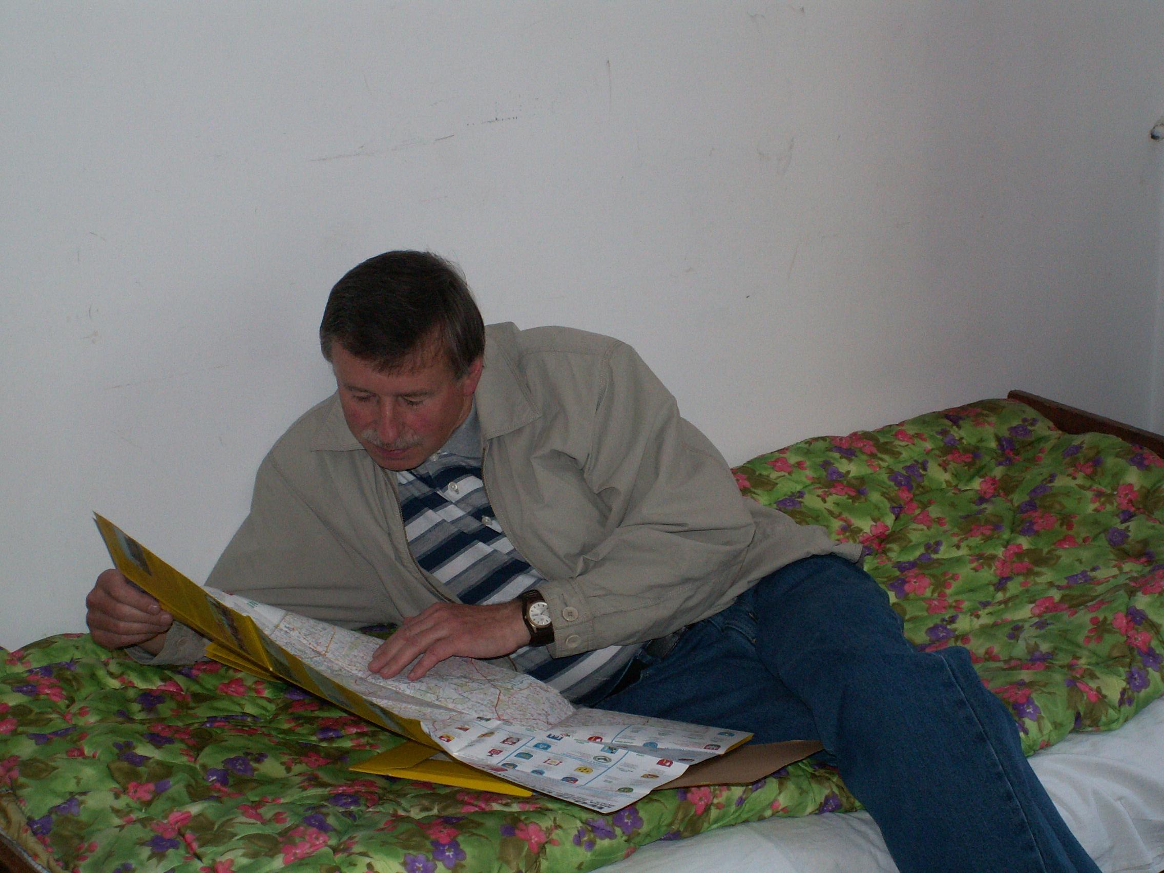 Ekspedicinės grupės vadovas dr. P. Kalnius ryte planuoja ekspedicinės grupės išvykos maršrutą (Punskas, 2005 m.). | Ž. Šaknio nuotr.