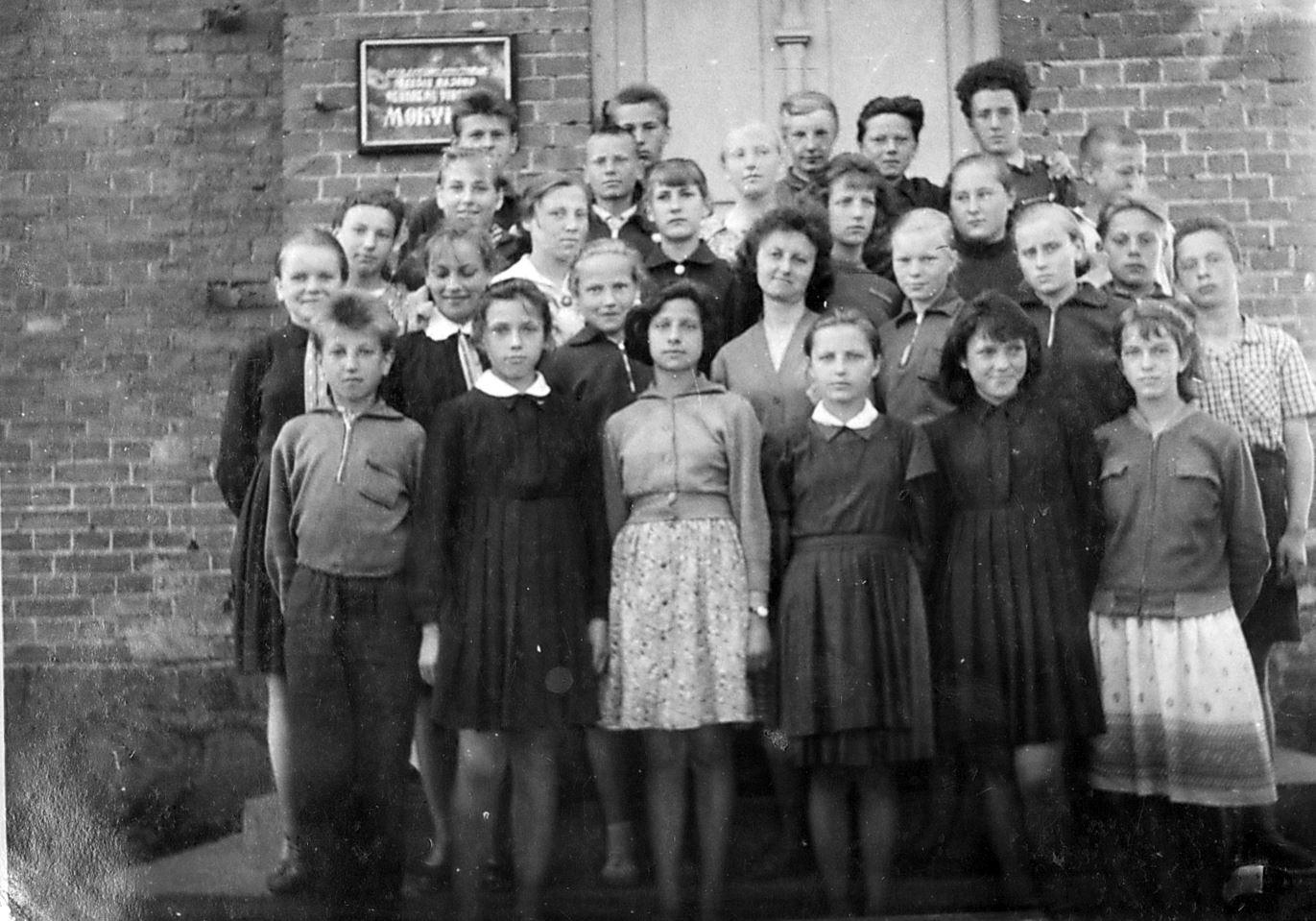 Nevarėnų vidurinės mokyklos septintokai. 1963 m. | Asmeninė nuotrauka.