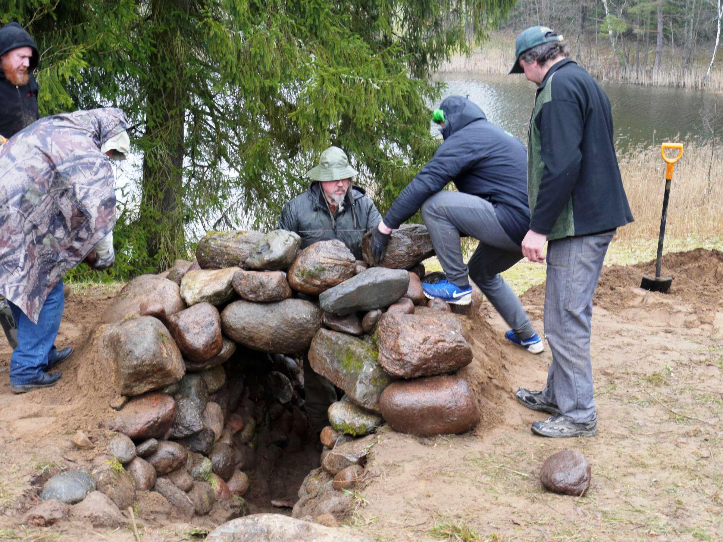 Akmenys , kaip duonos kepalai sugulė į krūsnies sienas. 2017-04-21 | Alkas.lt, J. Vaiškūno nuotr.