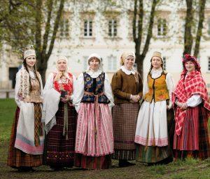 Lietuviu XIX a. tradiciniai drabuziai. Fot. Tomas Kapocius