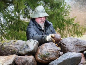 Meistras Aliukas įdeda stebuklingą akmenėlį laikantį visą krūsnį. Kulionys. 2017-04-21 | Alkas.lt, J. Vaiškūno nuotr.