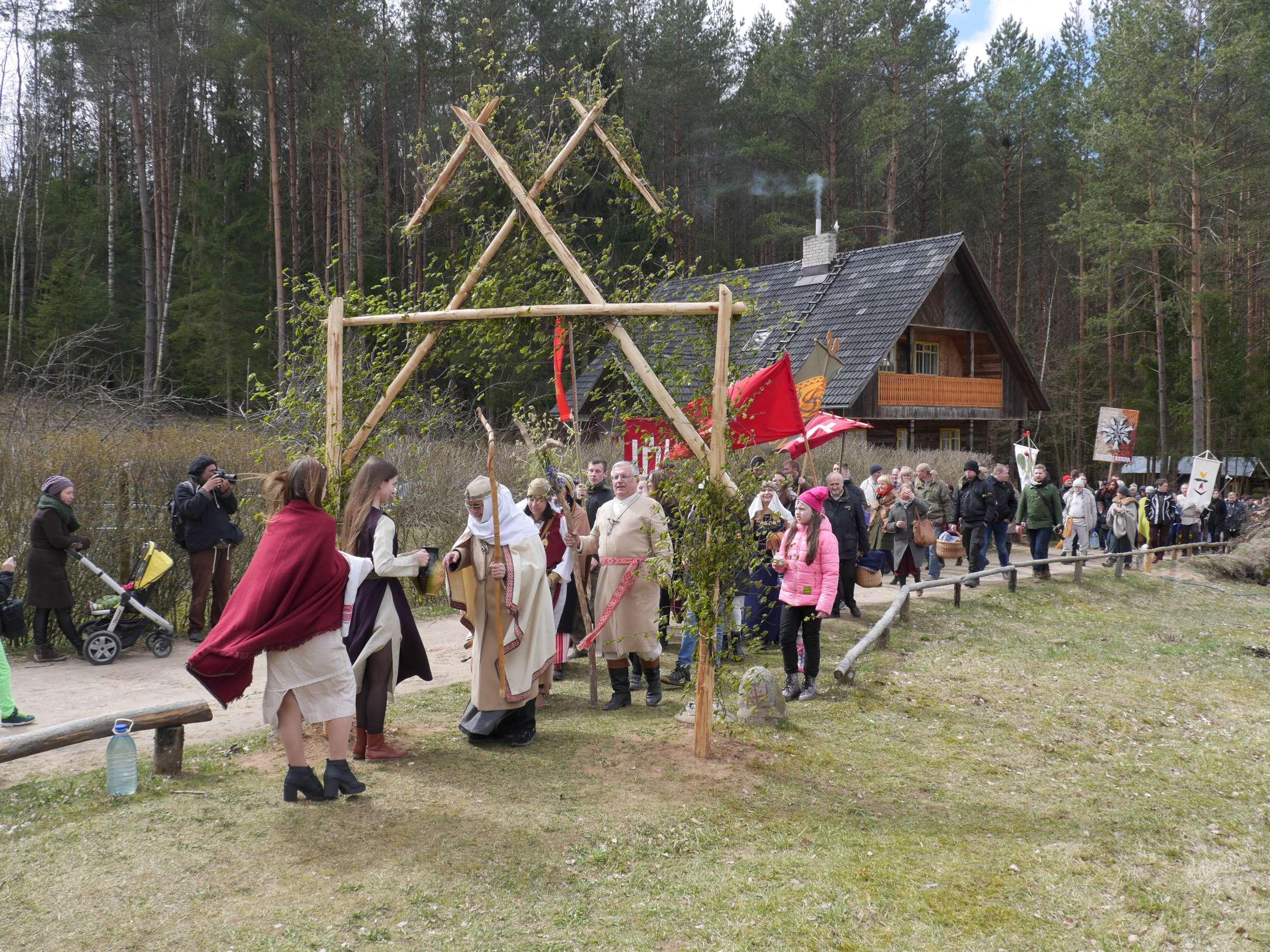 Įėjimas per šventinius vartus | Alkas.lt, J. Vaiškūno nuotr.