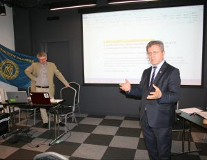Tautininkų sąjungos pirmininkas Sakalas Gorodeckis ir prie TS prisijungiančios Respublikonų partijos pirmininkas Valdemaras Valkiūnas TS suvažiavime   R. Garuolio nuotr.