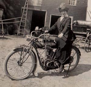 Simtmecio spalvos_Raciuniene-ant-motociklo-Indian-1911_simtmeciospalvos.lt