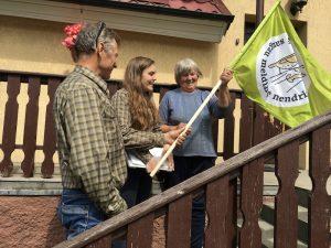 Rita Norvaišaitė ir Petras Lengvinas teikia vėliavą | Baltijos aplinkos forumo nuotr.